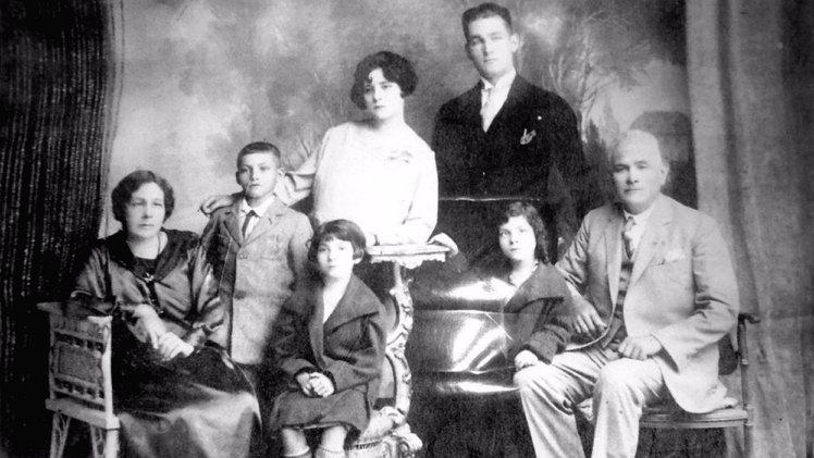 아레발로와 가족들. 맨 뒤 양복입은 청년이 아레발로.