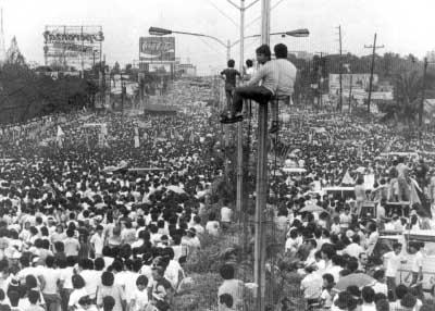 1986년 필리핀 수도 마닐라의 에피파니오 델로스 산토스대로(EDSA)를 가득 메운 시위대. 그래서 필리핀 '피플 파워 혁명'은 'EDSA 혁명'으로 불리기도 한다.