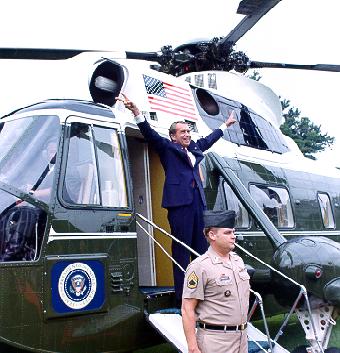 1974년 8월 9일 대통령 전용 헬리 마린 원에 탑승하기 전 마지막으로 백악관에서 작별을 고하는 닉슨.