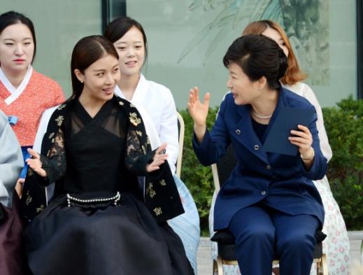 2015년 10월 21일 청와대 사랑채에서 진짜 길라임 하지원과 함께 한복 특별전을 관람하는 '길라임 워너비' 박근혜.