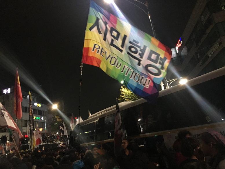 '이명박근혜'로 총칭되는 역사적 반동과 민주주의의 후퇴를 겪었지만, 그래도 한국의 민주주의는 거대한 흐름에서 앞으로 나아가고 있다. 박근혜 하야 촛불집회 2016년 11월 12일 13일 새벽 (사진: 민노씨)