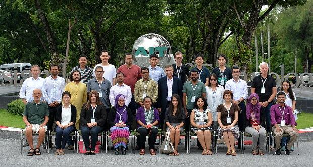 참가자 단체 사진. 구성원의 다양함이 세계 네티즌의 양상을 상징적으로 보여주는 듯하다.