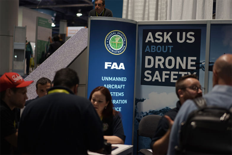 드론 안전에 대한 상담을 해주는 FAA