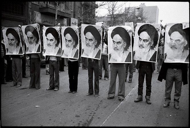 이란 혁명(1979), 호메이니의 사진을 든 시위대.