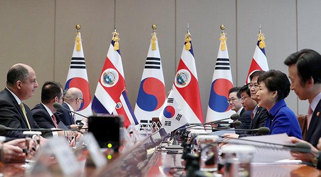 '한국-중미 6개국 FTA'를 위해 2016년 10월 12일 방한한 루이스 기예르모 솔리스 리베라 코스타리카 대통령과 정상회담 중인 박근혜 정부 (출처: 한국정부, CC BY SA)