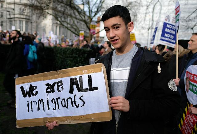 """""""우리는 모두 이주자들이다."""" (출처: Alisdare Hickson, """"we are all immigrants """", CC BY SA) https://flic.kr/p/QyPkKf"""