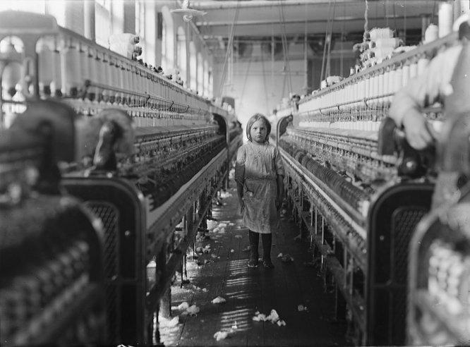 1908년 미국 공장의 아동 노동자 (출처: 위키미디어 공용) https://de.wikipedia.org/wiki/Datei:Child_laborer.jpg