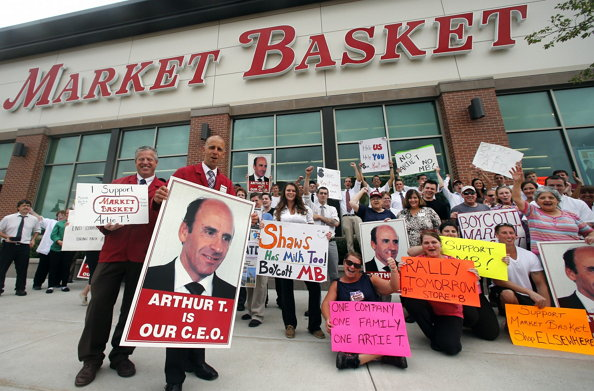 우리 CEO는 아서 T.다! (출처: washingtonpost.com)https://www.washingtonpost.com/business/on-small-business/small-business-advice-lessons-in-loyalty-from-the-market-basket-protests/2014/10/06/84f7c534-4d6f-11e4-babe-e91da079cb8a_story.html?utm_term=.3684d9e0293a