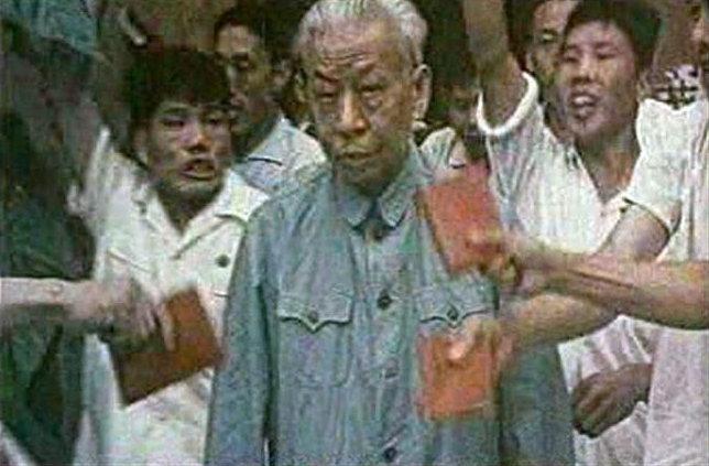 사후(1987년) 마오쩌둥, 저우언라이, 주더와 함께 중국 건국의 아버지 4인으로 뽑히지만, 1966년 일어난 문화대혁명에서 홍위병의 표적이 돼 결국 1969년 비극적인 삶을 마친 류사오치.