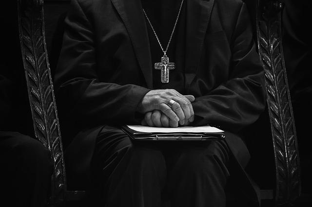 목사 신부 기독교 남자 사람