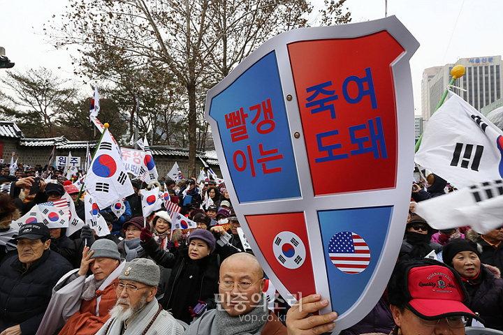 박사모 탄핵 반대 집회 모습 (사진 제공: 민중의소리) http://www.vop.co.kr/A00001115477.html