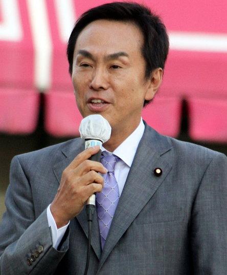 이시하라 노부테루(1957년 4월 19일 ~)는 10년 넘게 도쿄 도지사를 지낸 작가이자 정치인인 이시하라 신타로의 아들이다. 사진은 2012년 모습.