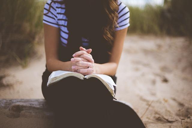 기도 소녀 여자 사람 종교 책 외로움 슬픔