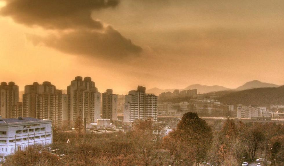 """같은 아파트 단지라도 '임대' 아파트에 사는 사람들은 '분양' 아파트에 사는 사람들에게 공공연히 차별받는다. (출처: Joop, """"Korean appartments"""", CC BY)"""