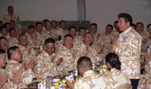 2004년 12월 8일 이라크 북부지역 아르빌 자이툰부대 노무현 대통령. (출처: e-영상역사관)