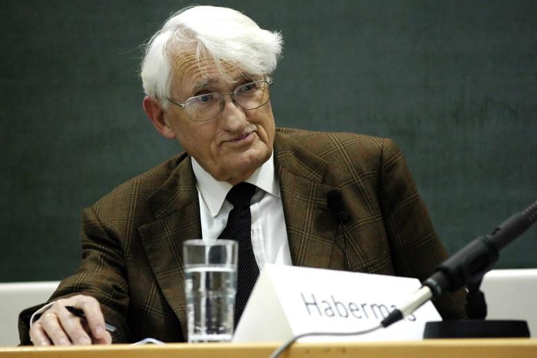 위르겐 하버마스는 소위 포스트 모더니즘 논쟁에서 이성에 회의적인 일군의 프랑스 철학자(푸코, 리오타르, 데리다 등)에 반대해 이성은 과잉이 문제가 아니라 여전히 부족하기 때문에 문제라고 지적하면서, 계몽은 여전히 '미완의 프로젝트'라고 주장했다. (출처: ojs, CC BY SA)