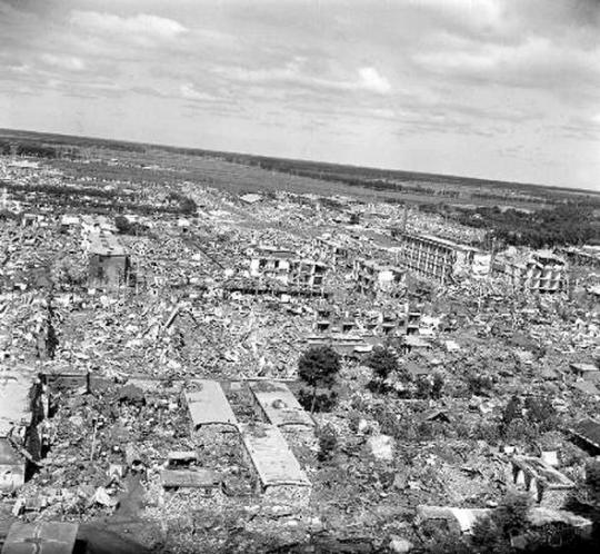 지진으로 폐허가 된 탕산시의 모습. 탕산 대지진이 일어난 1976년은 모택동이 타계한 해이기도 하다.