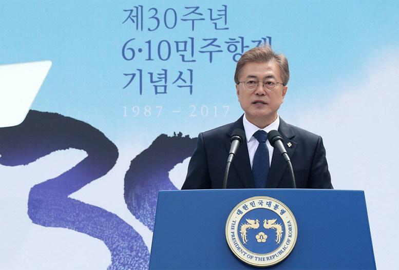 6.10 민주항쟁 30주년 기념식에 참석해 연설하는 문재인 대통령 (출처: 청와대) http://www1.president.go.kr/news/media/photo.php?srh%5Bpage%5D=9&srh%5Bview_mode%5D=detail&srh%5Bseq%5D=301