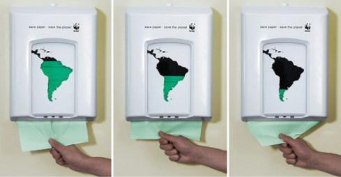 넛지 기법을 활용한 사례. 화장실 휴지를 이용하는 사람에게 은연 중 환경 보호의 중요성을 상기하게 한다.