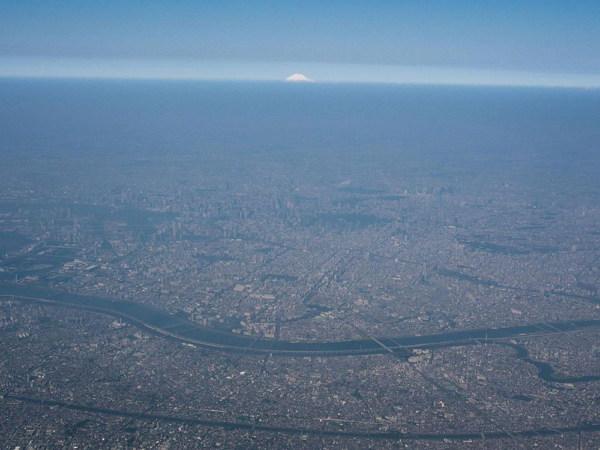 일본의 수도권과 동의어로 쓰이는 '간토' (평야)는 도쿄 도를 중심으로 한 세계에서 가장 거대한 도시 밀집지역이다.