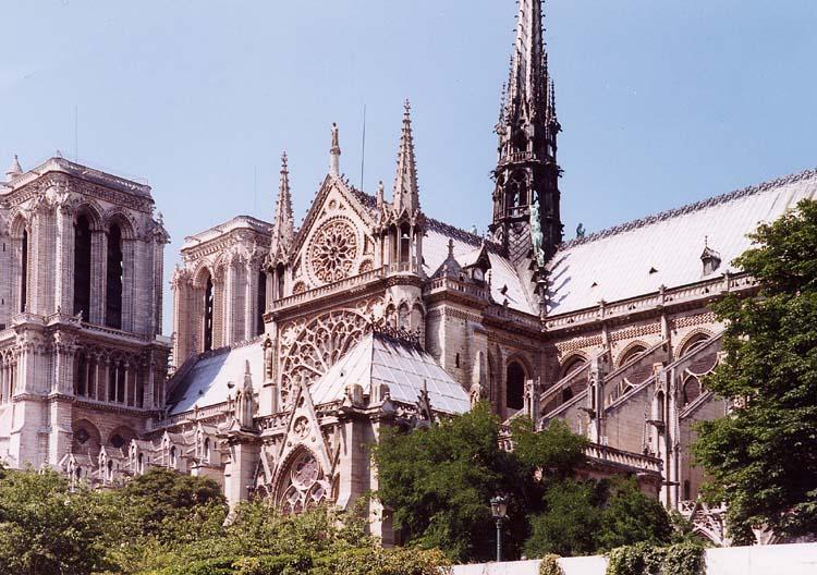 1163년 공사가 시작된 파리 노트르담 대성당은 중세 성기를 대표하는 건축물 중 하나.