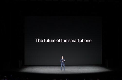 '아이폰X'이 발표되던 날 팀 쿡 애플 CEO의 키노트는 다른 때와 분위기가 사뭇 달랐다. 팀 쿡 CEO가 꺼낸 첫번째 이야기는 '스마트폰의 미래'였다.