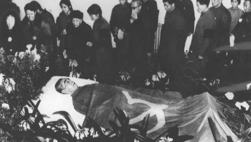 '76년 1월 저우언라이 총리가 유명을 달리한다. 덩샤오핑은 추도사에서 농업, 공업, 군사, 과학기술 등 4개 현대화노선을 계승할 것을 다짐한다. 그리고 이 추도사는 강경 보수파의 반발을 불러온다.