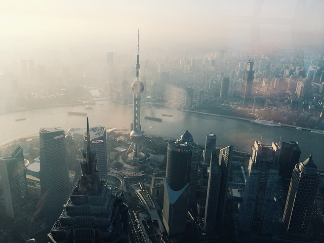 중국의 경제적 성장을 상징하는 상하이 그리고 뿌연 대기