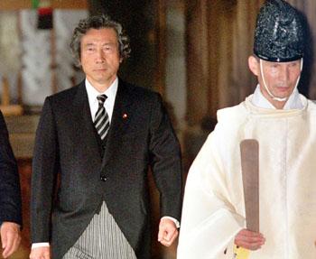 2001년 전쟁범죄자의 위패가 있는 야스쿠니 신사를 참배한 고이즈미. 신지로의 아버지가 바로 고이즈미다.