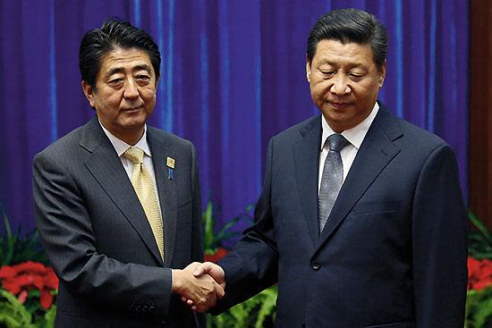 2014년 11월 10일, 어색한 표정의 아베와 더 어색한 표정의 시진핑 (출처: ⓒAP Photo, 김경훈)