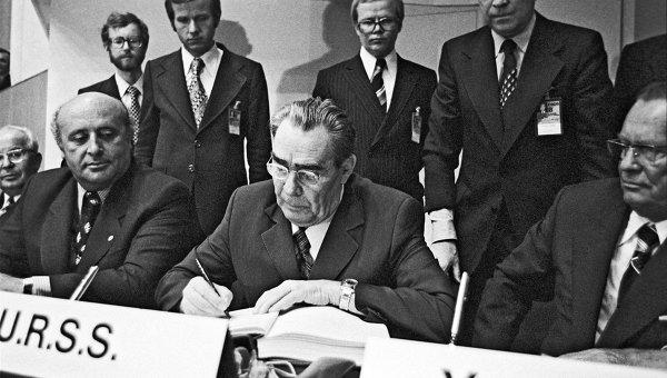 1975년 8월 헬싱키 조약에 서명하는 브레주네프 소련 공산당 서기장