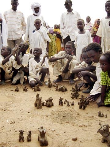찰흙으로 잔자위드(Janjaweed; '말등에 탄 악마'라는 뜻. 아랍계 이슬람 민병대를 일컫는 말)의 만행을 재현하는 아이들의 모습.