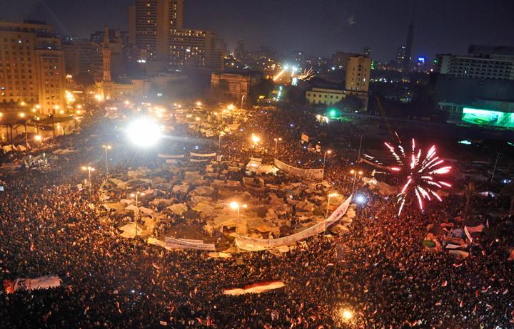 아랍의 봄(아랍어: الثورات العربية). 이집트 혁명 당시 부통령 우마르 술레이만이 호스니 무바라크의 퇴임을 발표하자 타히르 광장에서 축하하는 시민들. (2011년 2월 11일, 출처: 위키미디어 공용, CC BY 2.0) https://ko.wikipedia.org/wiki/%EC%95%84%EB%9E%8D%EC%9D%98_%EB%B4%84#/media/File:Tahrir_Square_on_February11.png