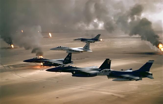 사막의 폭풍 작전 중 불타는 유정을 배경으로 편대비행하는 미 공군 제4전투비행단 소속 F-16A, F-15E 와 F-15C