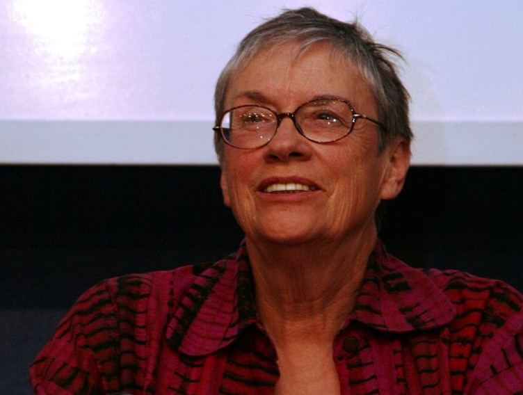 애니 플루(2009년 모습, 출처: 위키미디어 공유, CC BY 2.0) https://en.wikipedia.org/wiki/Annie_Proulx#/media/File:Annie_Proulx_Frankfurt_Book_Fair_Conference_2009.jpg