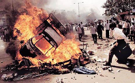 2002년 2월, 차량을 불태우며 구자라트에서 '학살'을 자행하고 있는 힌두 광신도들의 모습 (출처: AP Photo/Manish Swarup)