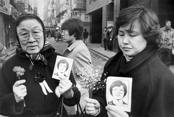 박종철 국민추도대회에서 꽃과 사진을 들고 있는 시민들 (출처:민주화운동기념사업회 http://contents.kdemo.or.kr/sub08/sub08_03.html )