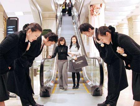 백화점 폐점시 환송 인사 모습(2013년 당시 롯데백화점)