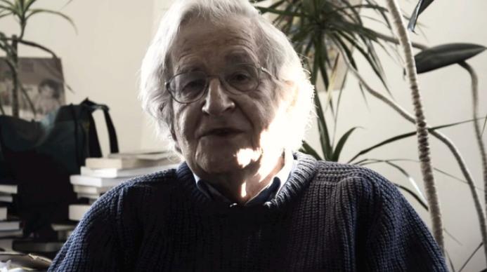 """노엄 촘스키. MIT 재학생들이 만든 강남스타일 패러디에 등장한 노엄 촘스키(Noam Chomsky). 영상에서 """"오빤 촘스키 스타일""""이라고 말한다."""