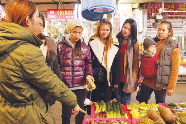 동상시장을 찾은 외국인들. 노동자도 있고 결혼이주여성도 있다. 경남도민일보 사진.