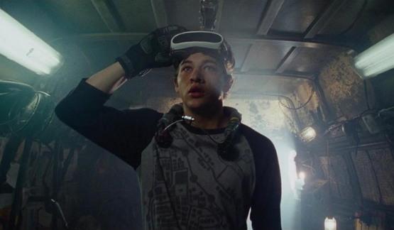 '오아시스'는 혁신적인 VR 게임이지만, 역설적으로 그 게임을 즐기기 위해서는 '혼자만의' 공간이 필요하다. [레디 플레이어 원]은 게임이 지니는 '외로움'의 역설을 단적으로 보여준다.
