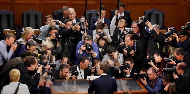 케임브리지 애널리티카 사태 직후 미국 상원 청문회에 출석한 마크 저커버그 페이스북 설립자 겸 CEO. 이 사진에 대해 '이용자가 페이스북에 접속하면 벌어지는 디지털 감시와 추적의 상황을 빗댄 장면' 같다거나, '인터넷을 이용할 때 달라붙는 쿠키들을 보는 것 같다'라는 촌평도 나왔다. (출처: 뉴욕타임스)