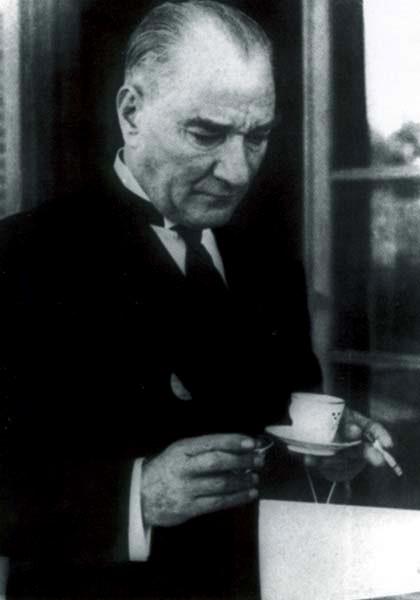 터키공화국의 '국부'로 추앙받는 무스타파 케말 아타튀르크 (1936년 모습). 서구에서는 그를 독재자로 보기도 하지만, 그는 사망할 때(1938년)까지 15년 동안 터키공화국의 (초대) 대통령을 역임했고, 세속주의를 주창했으며, 여성인권을 신장했다. 근본주의 이슬람학자는 그의 세속주의를 당연히 못마땅하게 생각했다.