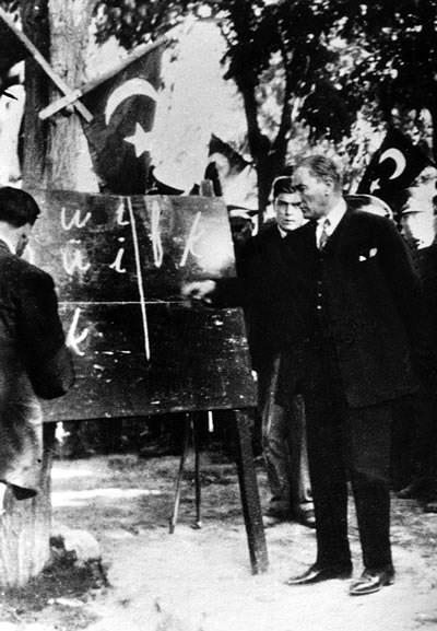 새로운 터키 문자를 시연하는 아타튀르크 (1928)
