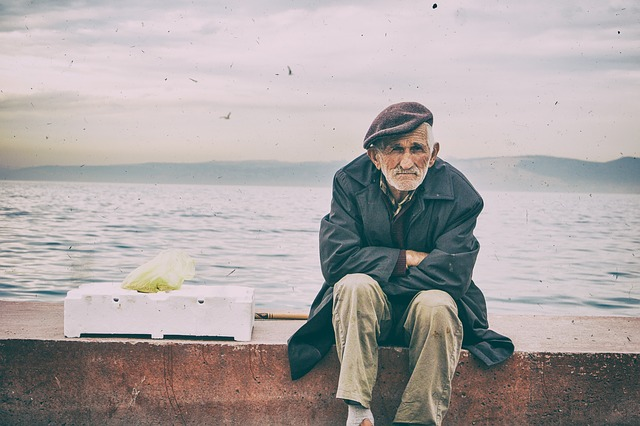 터키 노인 고독 슬픔 외로움