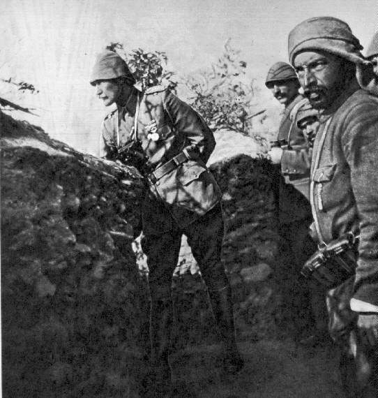갈피폴리 전투에서 전선을 시찰하는 무스타파 케말 아타튀르크(1915)