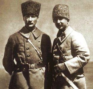 무스타파 케말(좌)과 이스메트 이뇌뉘 (우).