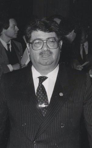 투르구트 외잘 (1986년 모습, 출처: 위키미디어 공용, CC BY SA 2.0)은 군부로부터 지원받지 않는 '유일한 야당'이라는 이유로 어부지리 혹은 반사을 얻어 총선에서 제1당이 되고, 투르구트 외잘은 총리에 오른다.