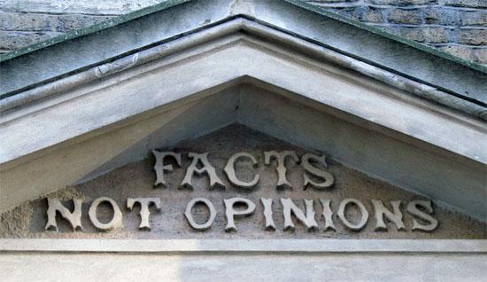 """""""사실은 의견이 아니다."""" 영국 런던에 있는 커코디 공학검사 박물관 입구에 붙은 말."""