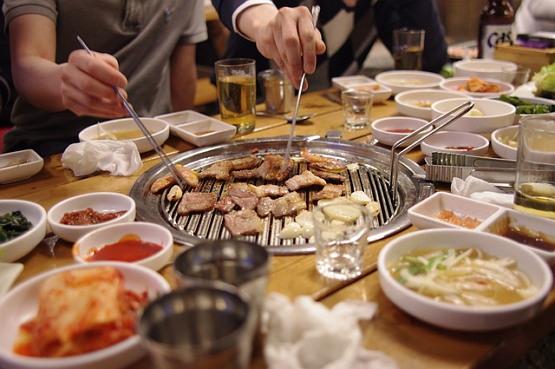 삼겹살의 정치학: 왜 누군가는 굽고, 누군가는 먹는가.